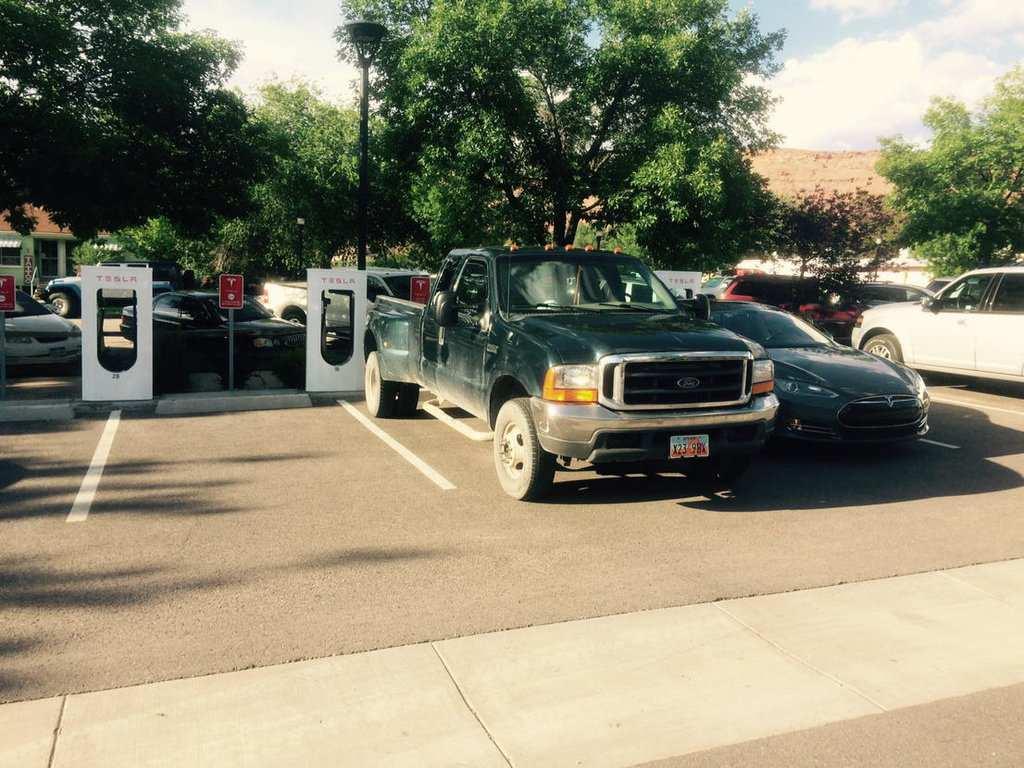 """Supercharger против """"отмороженных"""": кто паркует автомобили с ДВС в неположенных местах?"""