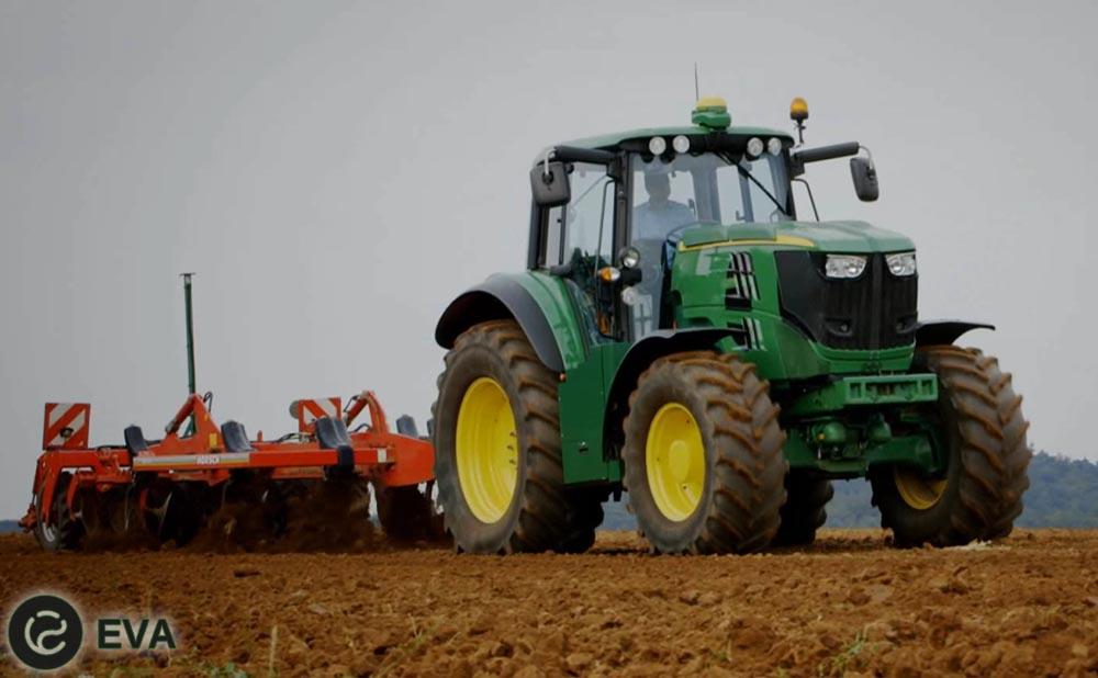 Evropei`skii` filial John Deere, krupnogo proizvoditelia sel`hoztekhniki iz Ameriki, v Mangei`me predstavil publiki e`lektricheskii` traktor.