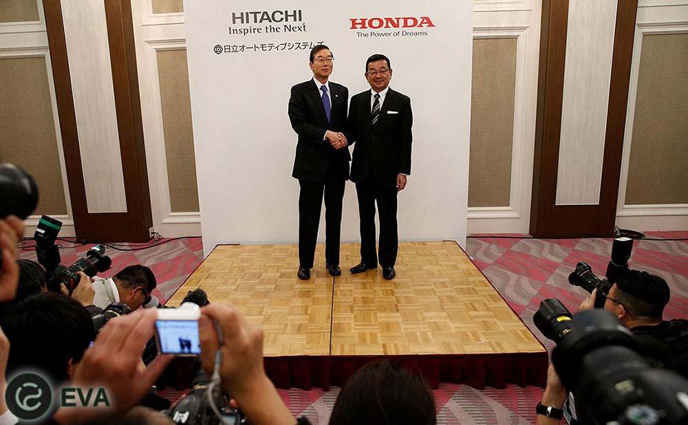 Rukovodstvom iaponskikh firm Honda i Hitachi by`l zacliuchyon dogovor ob osnovanii sovmestnogo predpriiatiia dlia proizvodstva e`lektrodvigatelei`. Oni budut primeniat`sia kak na budushchikh e`lektrokarakh kompanii Honda, tak i na gibridakh. K slovu, Hitachi osvoila vy`puska e`lektricheskikh dvigatelei` eshchyo v 1914, pervoi` v Iaponii. Sovmestnoe predpriiatie obzavedyotsia otdelami v Keitae i v SSHA, prichyom na ikh plechakh budet ne tol`ko prodazha, no i proizvodstvo. Ot Hitachi v sovmestnoe predpriiatie vol`yotsia podrazdelenie Hitachi Automotive Systems, vy`puskaiushchee bloki upravleniia, komponenty` dvigatelei` i prochee. Nazvanie novoi` firma eshchyo ne naznacheno, no uzhe izvestno, chto eyo ustavny`i` kapital sostavit 5 milliardov i`en. 51% procent aktcii`, to est`, kontrol`ny`i` paket, budet u Automotive Systems, ostavshiesia 49% budut prinadlezhat` kompanii Honda.